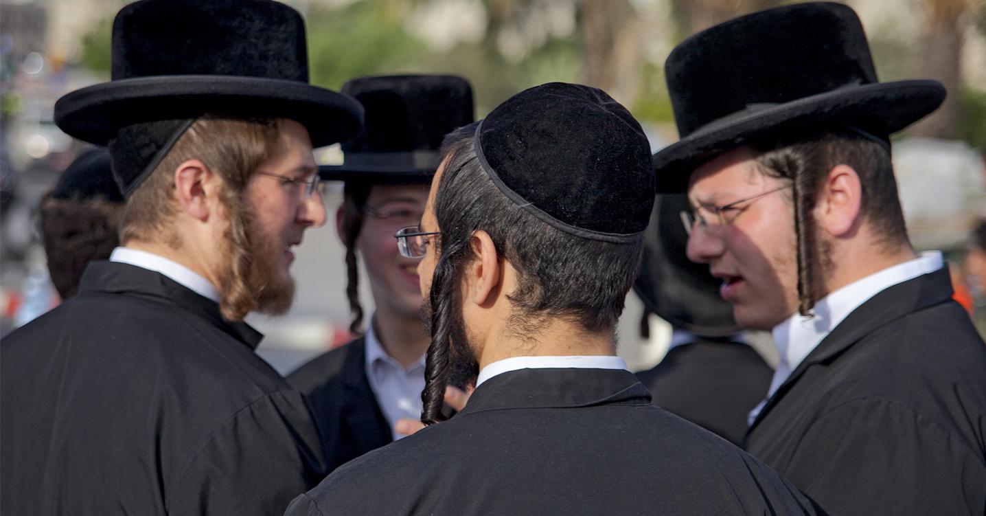 kuvituskuva, ortodoksijuutalaismiehet juttelemassa